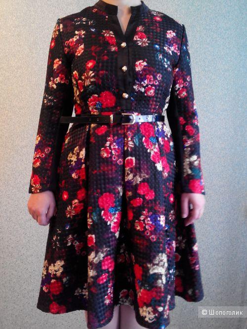 Жаккардовое платье с цветным принтом с длинными рукавами