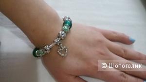 Красивый зелено-серебристый браслет с подвеской-сердцем