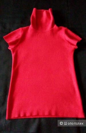 Красная водолазка с коротким рукавом.