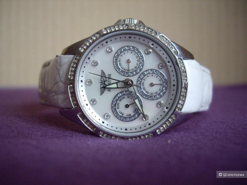 Часы с белым кожаным ремешком.
