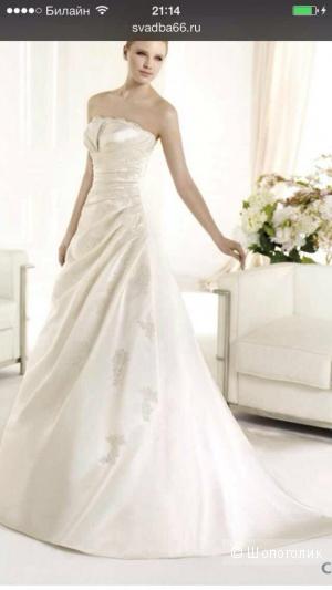 Продам свое свадебное платье с длинным шлейфом.