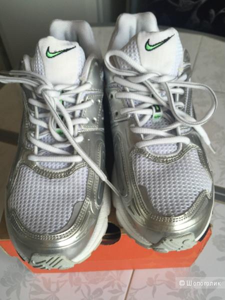Удобные беговые кроссовки NIKE белого цвета
