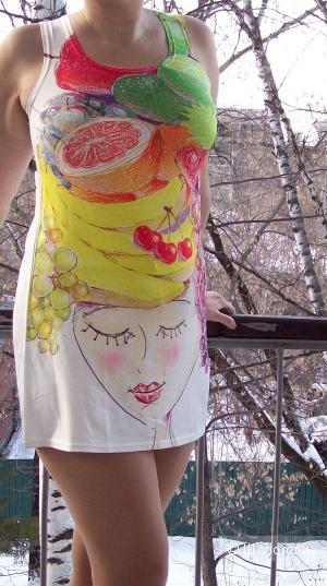 Фруктово-ягодное платье-туника с принтом