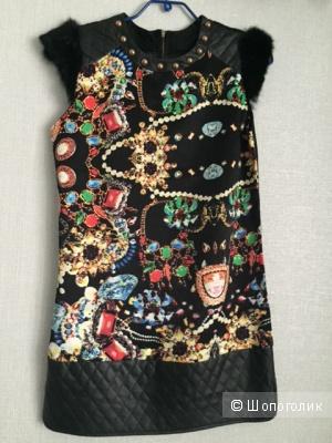 Яркое платье с меховыми плечиками