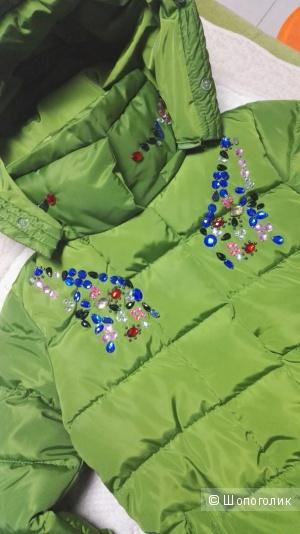 Очаровательная курточка насыщенного зеленого цвета , декорированная камнями и стразами !!!