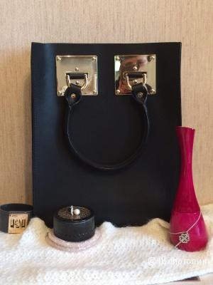 Сумочка ищет новую хозяйку! Новая, Вместительная, универсальная сумка из натуральной кожи черного цвета с золотым декором в стиле Mini Tote Bag от Sophie Hulme