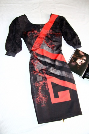 Черное платье с интересным узором и стразами 44/46 размер