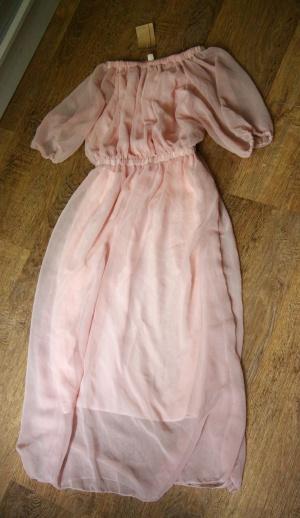 Розовое шифоновое платье с приспущенными плечами
