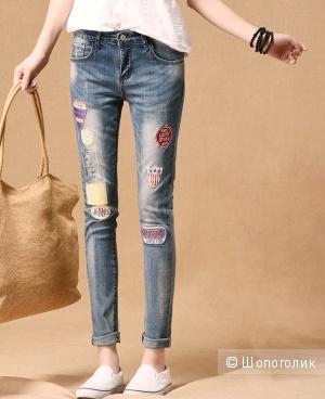 Молодежные джинсы с заплатками