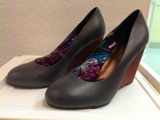 Продам новые кожаные туфли на танкетке 37,5 размер