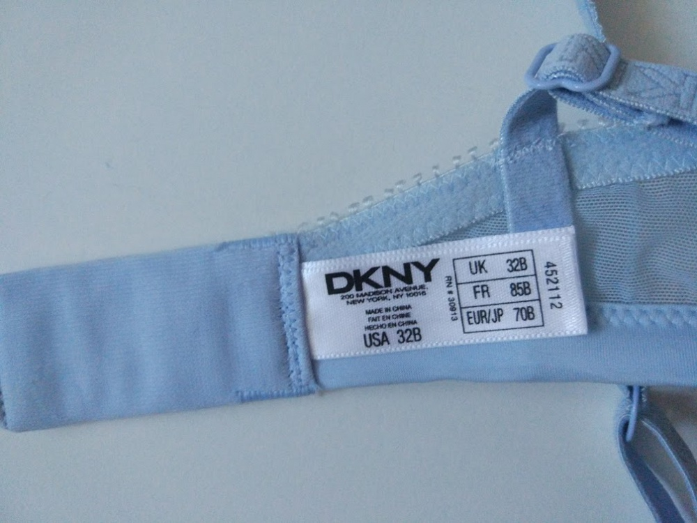 Милый и очень нежный комплект белья DKNY. Новый с бирками. Цвет небесно голубой светлый с телесным.