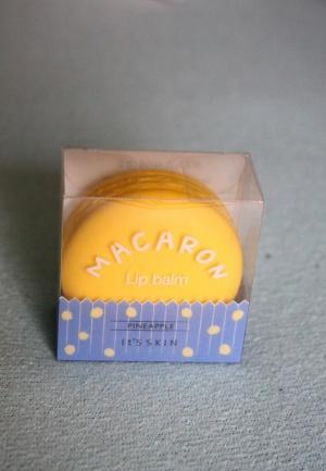 Блеск-бальзам для губ It's SKIN Macaron Lip Balm напоминающий французское пирожное Макарун.