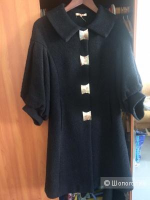 Пристрою чудесное пальто в стиле Одри Хепберн.