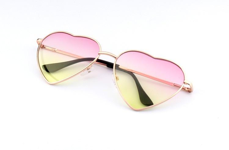 Солнцезащитные очки с оправой сердечком