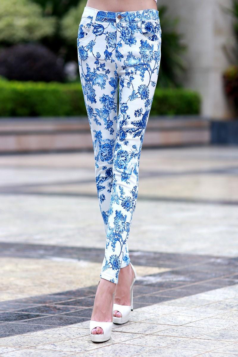 Новые джинсы с принтом