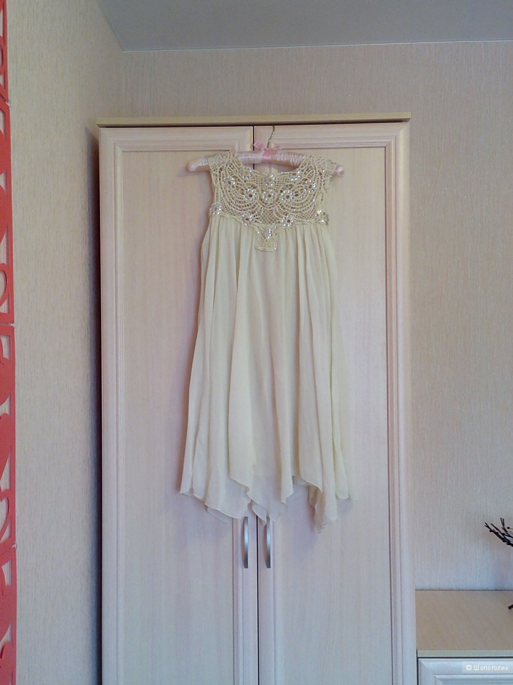 Новое бежевое свободное платье c кружевной отделкой TFNC, размер S