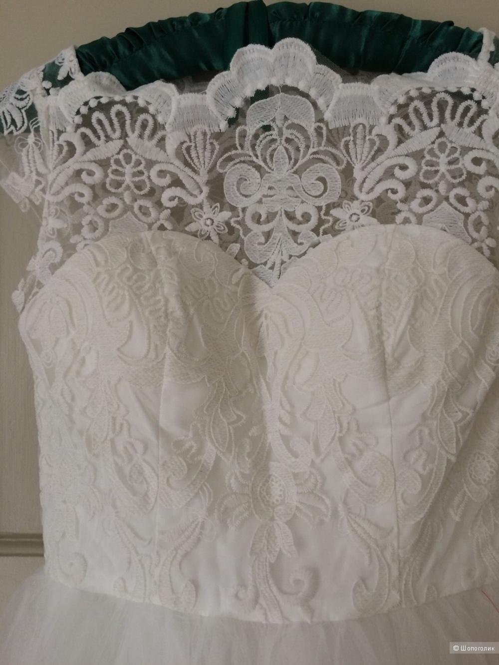 Кружевное платье с широкой горловиной Chi Chi London Premium