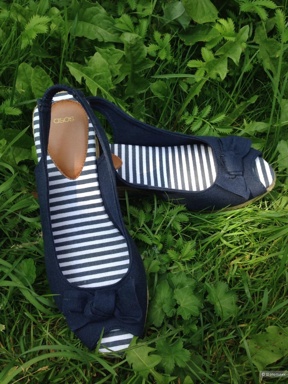 Эспадрильи марки ASOS. НОВЫЕ. Размeр 6UK. По стельке 26см. Эспадрильи выполнены в морском с, синего цвета с полосатой стелькой.