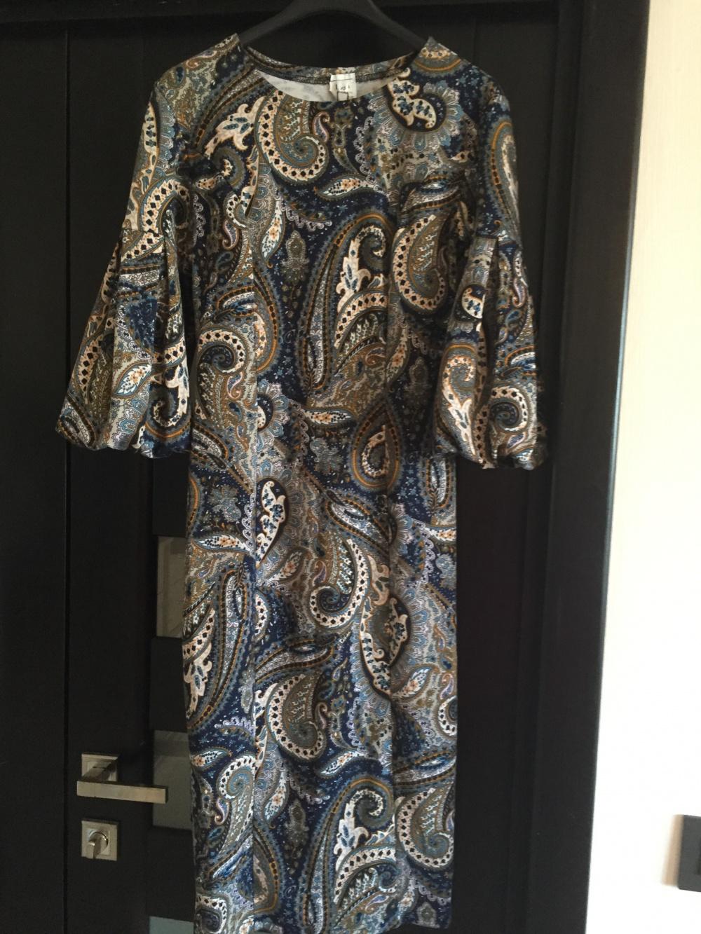 """Платье серое длины миди с синим орнаментом и рукавом """"фонарик, разм. XS."""