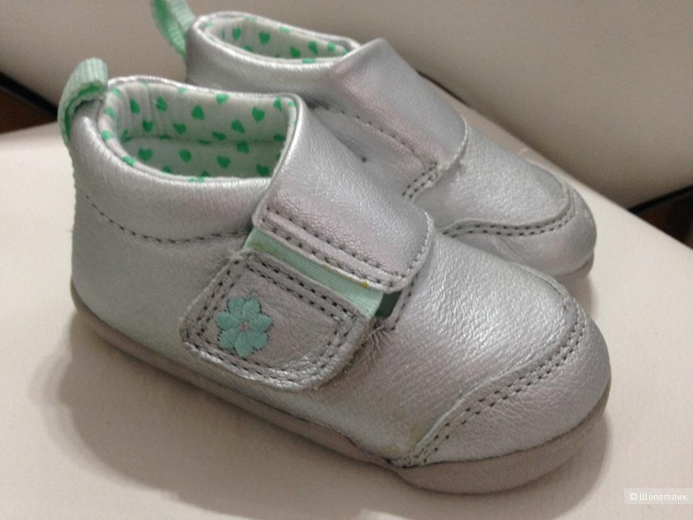 Детские кожаные кроссовки от Carter's на год-19 размер