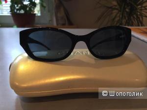 Элегантные солнцезащитные очки Chanel.