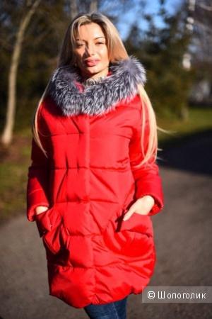 Женский пуховик красного цвета с мехом под чернобурку.