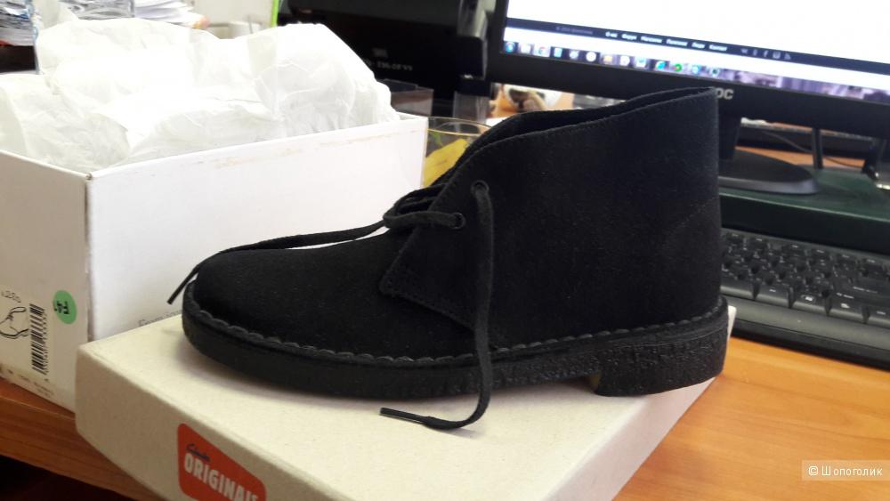 Продаю оригинальные черные замшевые ботинки clarks новые.  35 размер.