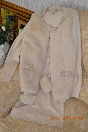 Трикотажная двойка.Платье и пиджак с мехом и жемчугом.
