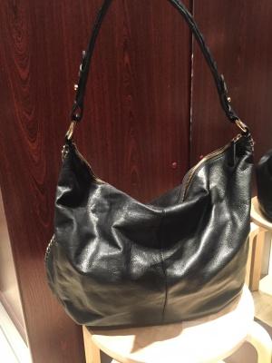 Черная кожаная сумка-мешок с отделкой цепочкой сбоку River Island