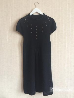 Черное платье  Stradivarius свободного кроя с короткими рукавами и декоративной отделкой на груди. Размер 42-44.