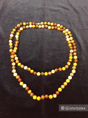 Ожерелье из разноцветных каменных бусин