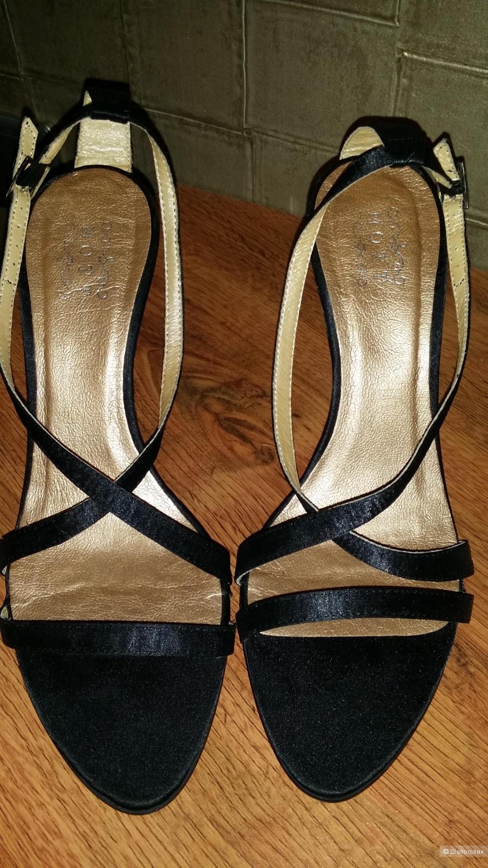 Босоножки атласные с роскошной вышивкой 39 размера