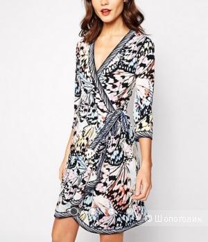 Яркое платье с запахом BCBGmaxazria, размер М