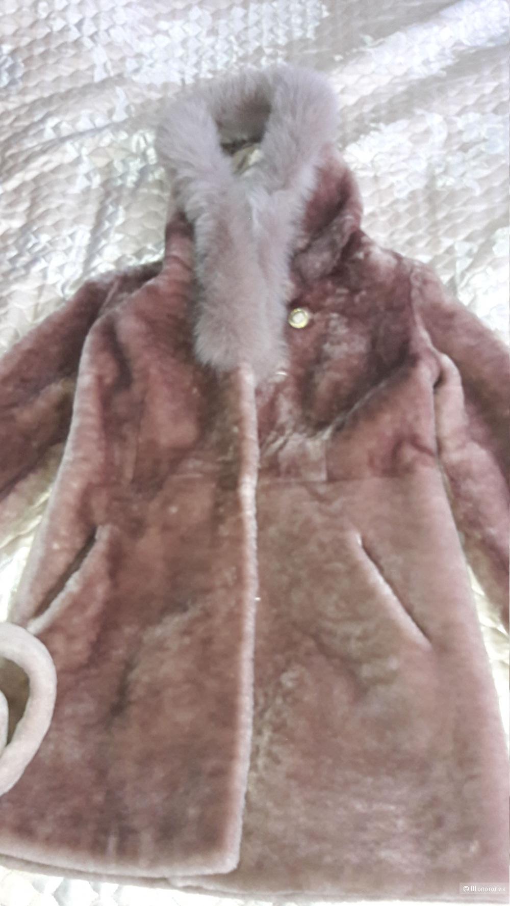 Натуральный полушубок из мутона с  капюшоном, отороченным песцом, состояние нового размер 46-48