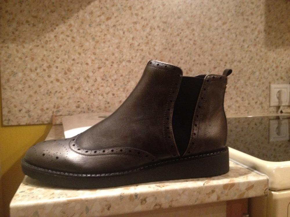 Демисезонные женские ботинки от бренда Roccobarocco