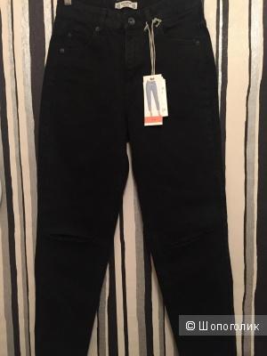 Черные джинсы mom на высокой посадке