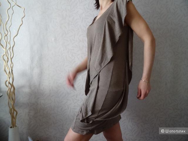 Платье с воланами по бокам в серо-коричневых тонах, б/у, р-р 42-44
