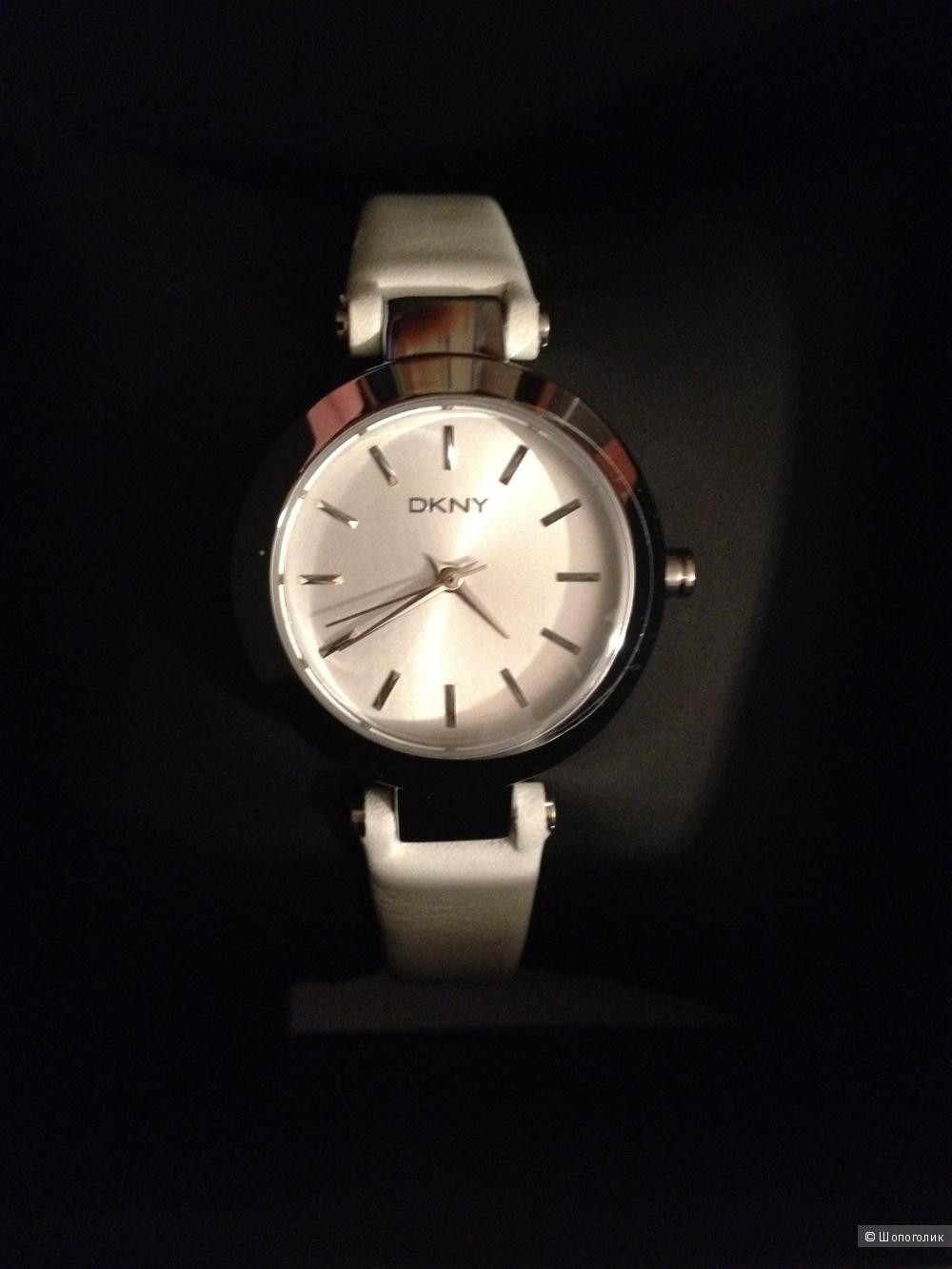 Оригинальные часы DKNY на белом кожаном ремешке.