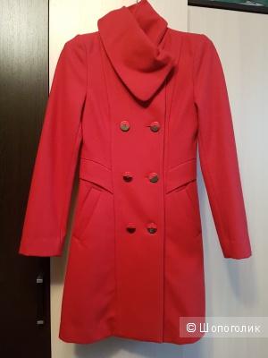Пристрою пальто итальянской марки Roccobarocco