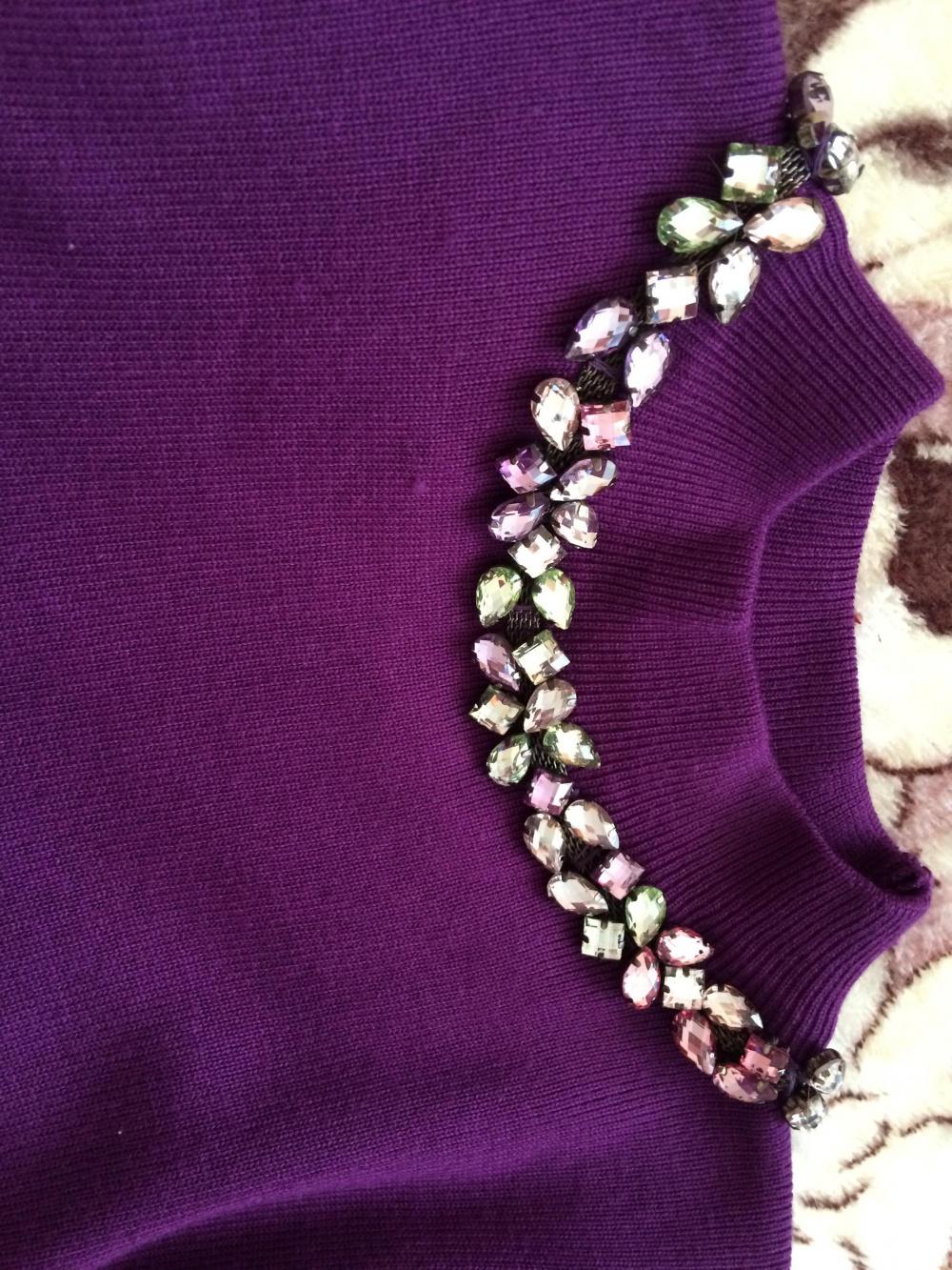 Эффектное коротенькое платье с декорированной горловиной. Размер 40-42.