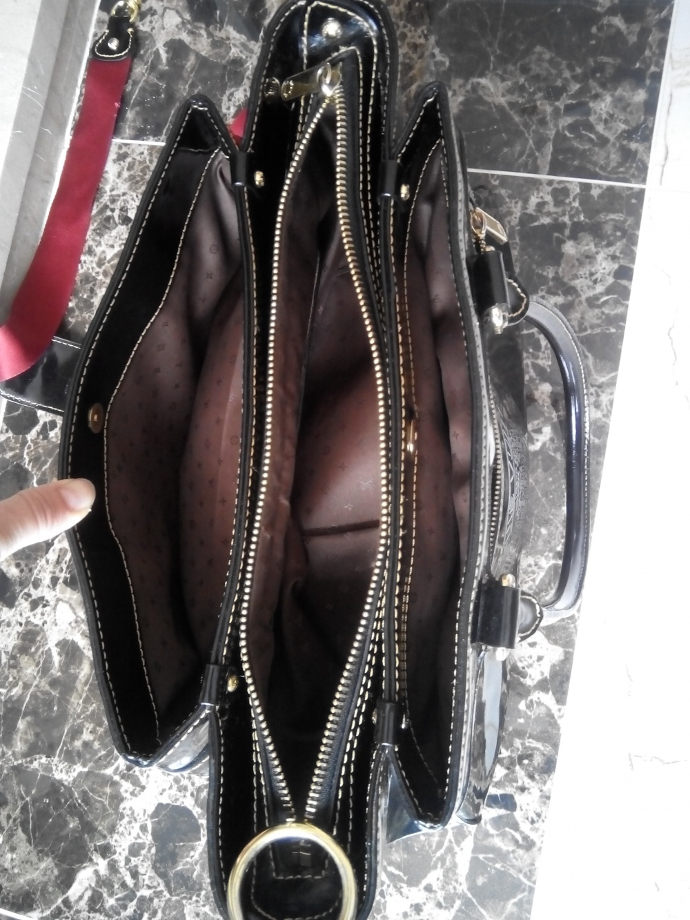 Вместительная сумка из натуральной глянцевой кожи Louis Vuitton, черная
