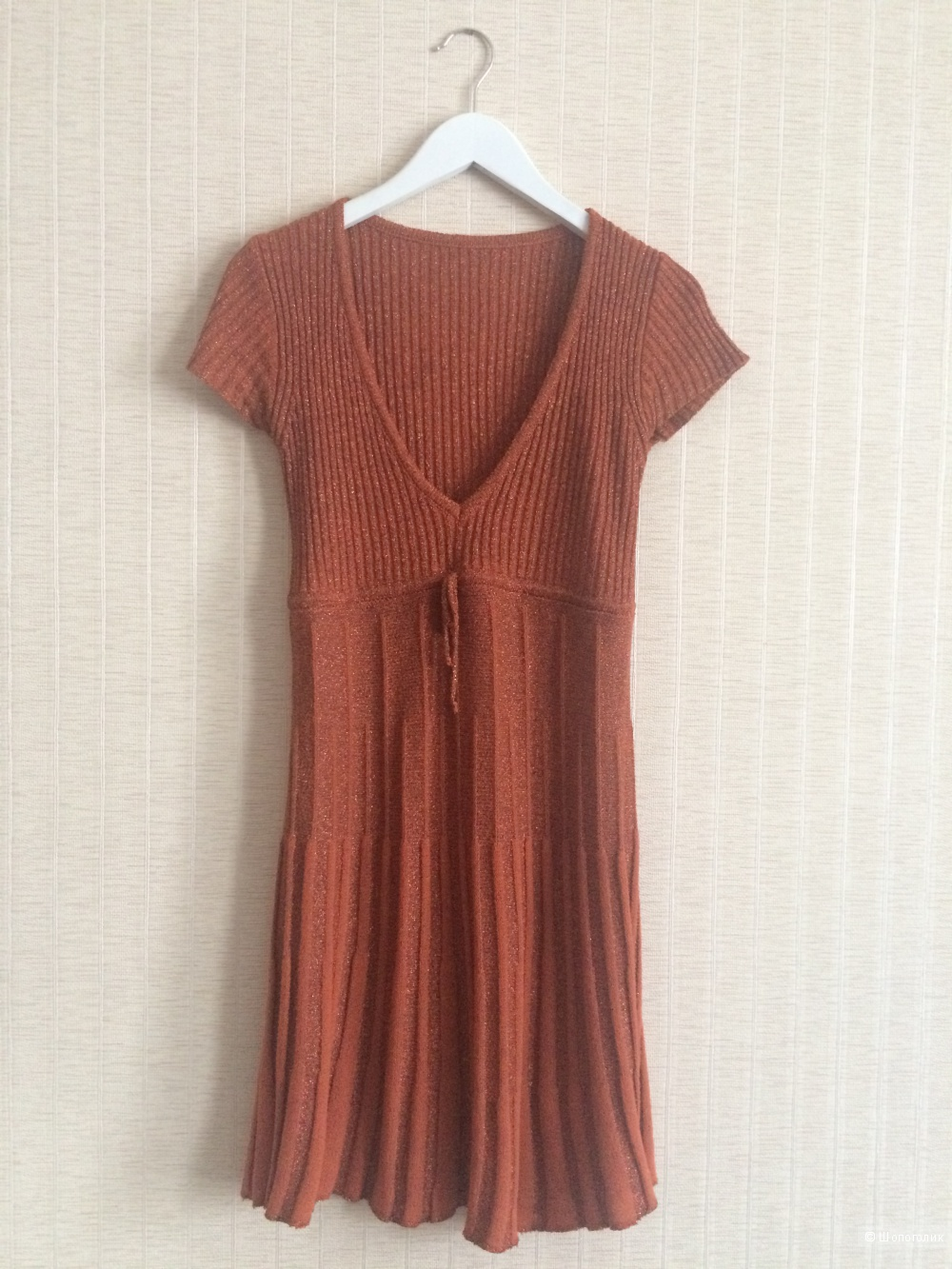 Платье с короткими рукавами и с V-образным вырезом. Размер XS-S.