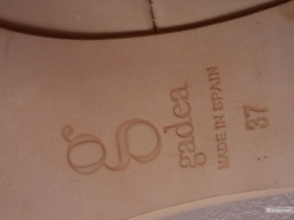 Нюдовые туфли лодочки, натуральная лакированная кожа, на удобном каблуке Gadea Испания 37 размер