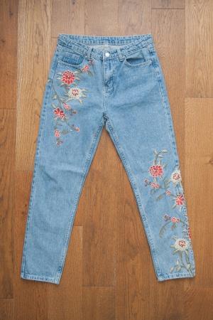 Новые джинсы с вышивкой р. 38