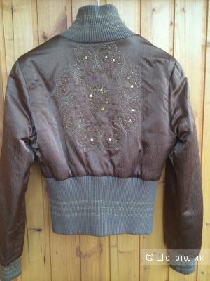 Куртка-бомбер на подкладке из атласной ткани с вышивкой на спине. Размер XS.