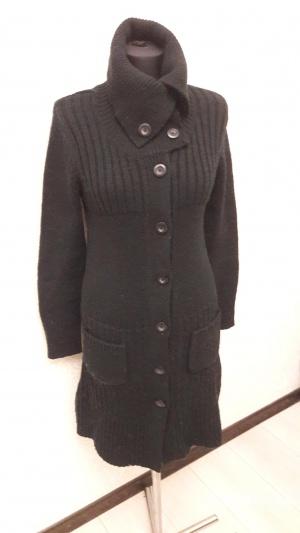 Вязаное пальто с объемным воротом
