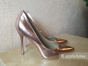 Туфли-лодочки оттенка розового золота.