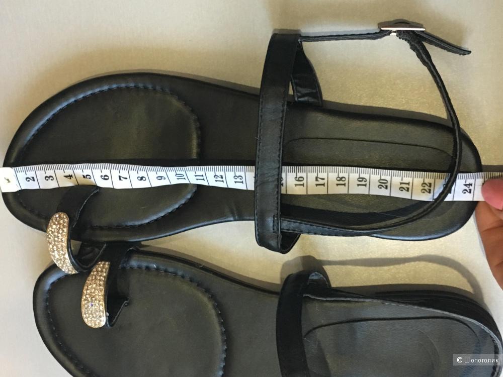 Сандалии без каблука с украшением на пальце, по стельке 24 см. Черные