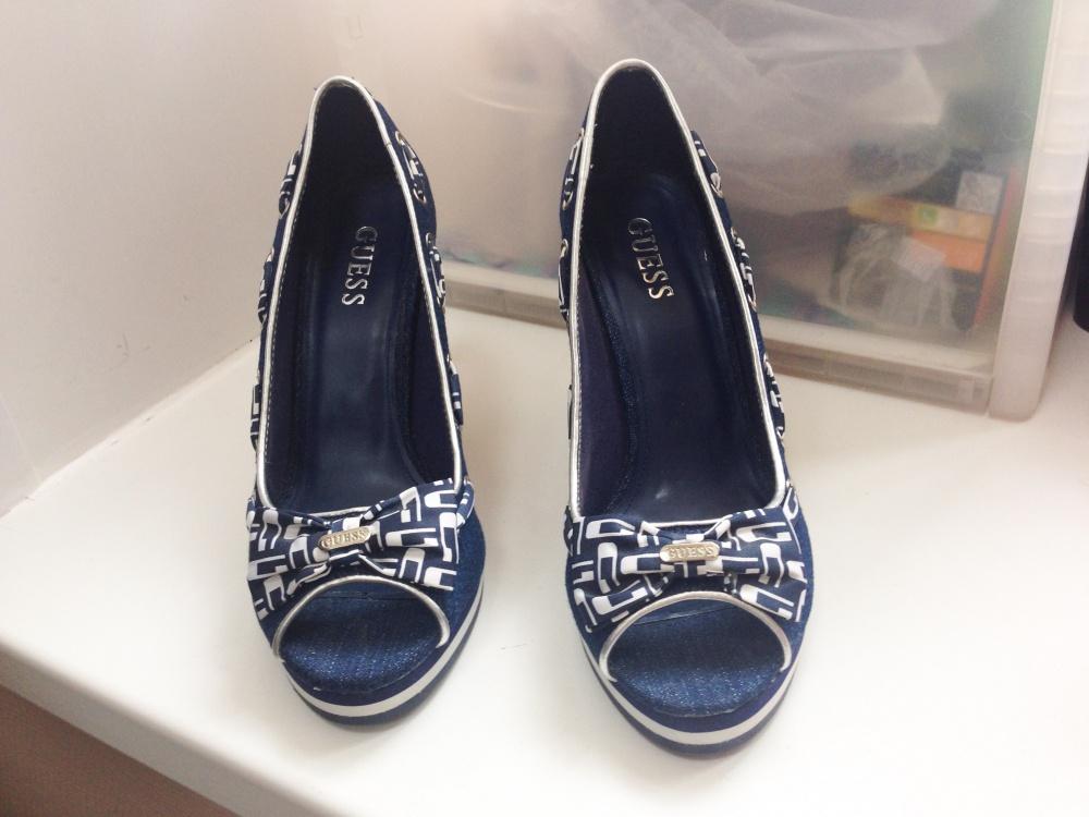 Джинсовые туфли на танкетке GUESS, размер 39