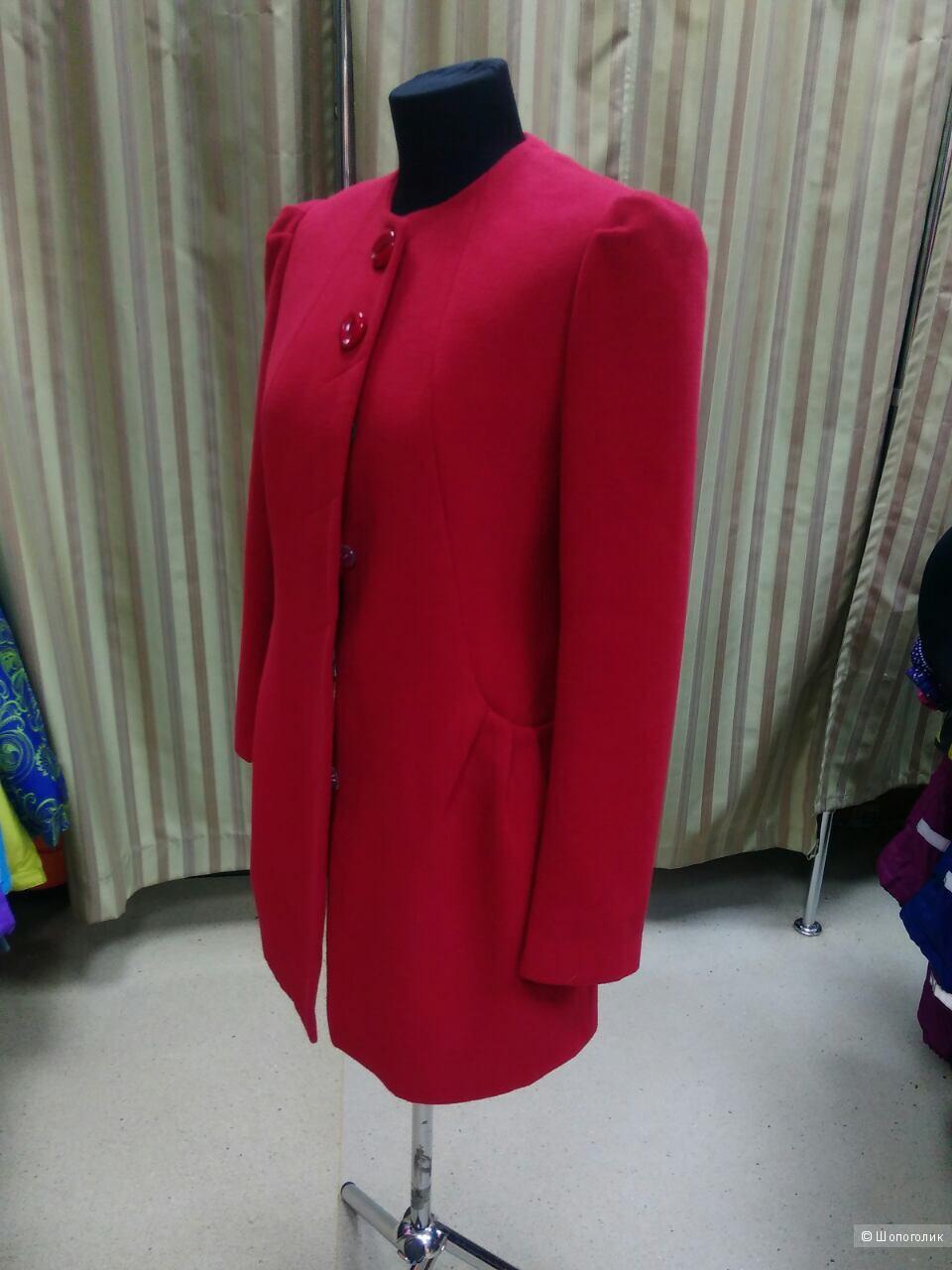 Новое красное пальто р.46